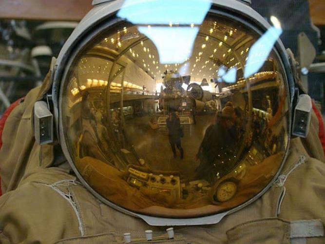 Для чего используется золотая фольга в космонавтике (6 фото)
