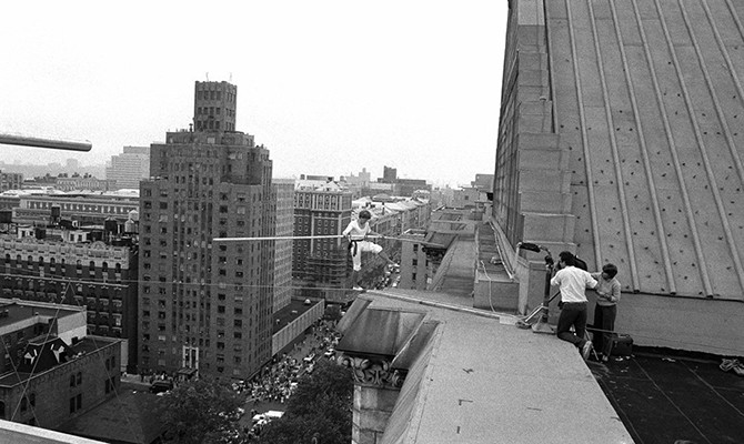 Канатоходец Пети Филипп прошел по канату между башнями близнецами (22 фото + видео)