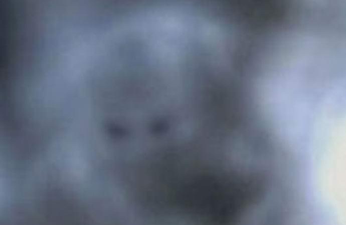 Таинственные и необъяснимые дымчатые призраки, проявляющиеся на фотоснимках (12 фото)