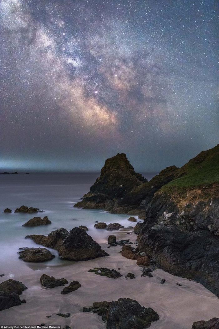 Млечный путь над бухтой Kynance Cove в Англии. Эйнсли Беннет, Великобритания. астрономия, конкурс, космос, красиво, лучшее, планеты, фото, фотографы