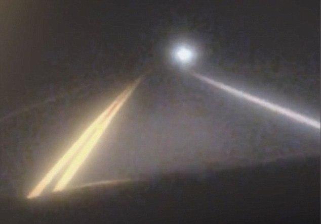 В США водитель заснял на дороге большой белый сияющий шар, который чуть не врезался в него