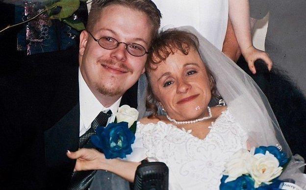 Они познакомились в 2000 году в супермаркете, где работала Стейси, а поженились в 2004 Стейси Геральд, болезнь, жизнь, истории, маты, несовершенный остеогенез, смерть