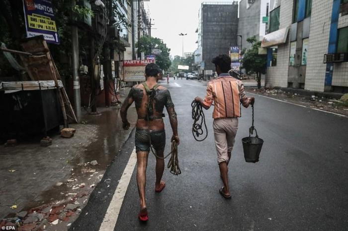 В индийском обществе давно сложилась дискриминационная система, при которой всю грязную и тяжелую работу обязаны выполнять представители низшей касты демонстрация, индия, канализация, каста, неприкасаемые, протесты, социальные проблемы, уборщики