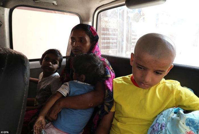 Рани и трое ее детей едут, чтобы провести прощальный ритуал по мужу и отцу. Анилу было 37 лет демонстрация, индия, канализация, каста, неприкасаемые, протесты, социальные проблемы, уборщики