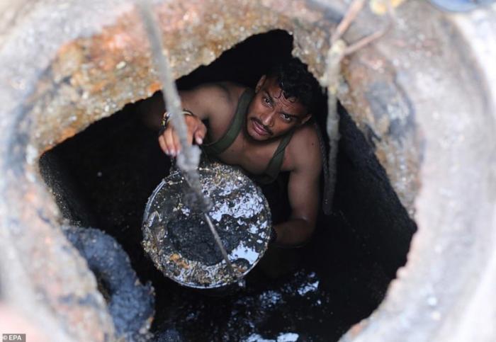 Джони (на фото) - один из многих, кто вручную чистит канализационные шахты в Газиабаде без какого бы то ни было защитного снаряжения демонстрация, индия, канализация, каста, неприкасаемые, протесты, социальные проблемы, уборщики