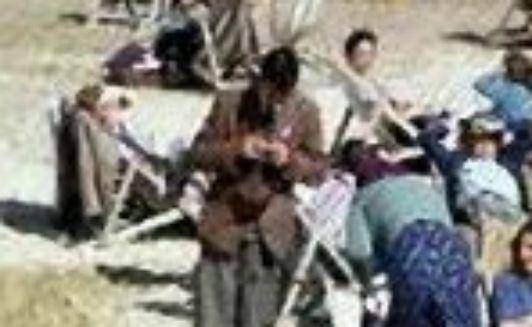 """На пляжном снимке 1943 года увидели """"путешественника во времени со смартфоном"""" (2 фото)"""
