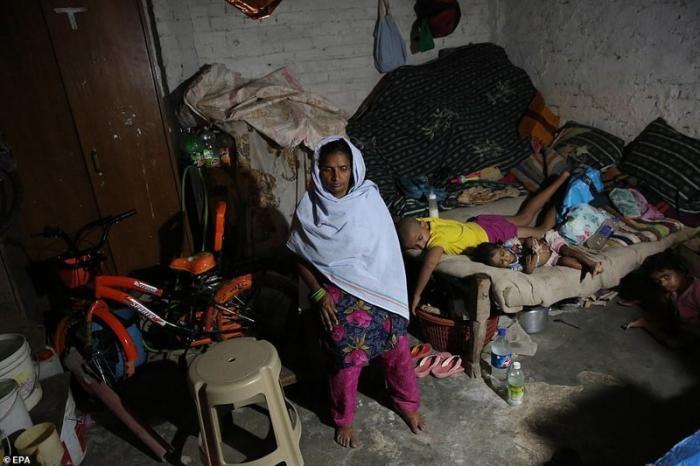 А это Рани и ее дети у себя дома после смерти главы семьи. 20 сентября 2018 г. демонстрация, индия, канализация, каста, неприкасаемые, протесты, социальные проблемы, уборщики
