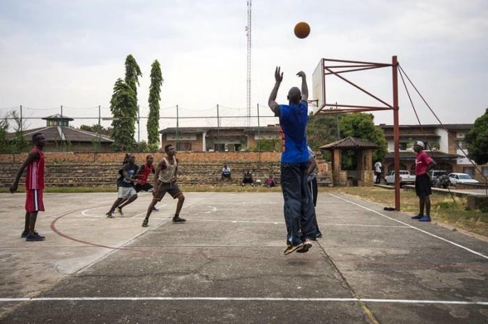 Баскетбол и футбол - самые популярные виды спорта Бужумбура, Бурунди, Центральная Африка, африка, бедные страны, города Африки, нищие страны