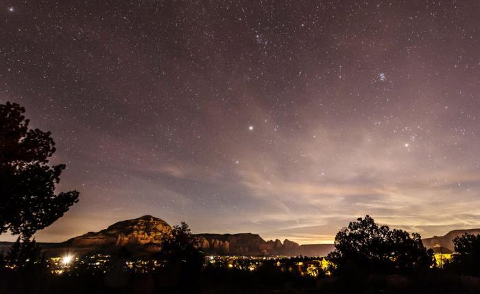 Седона Аризона, США В поисках темного неба не обязательно забираться глубоко в безлюдную пустошь. Небольшой городок Седона, где круглый год стоит сухая и ясная погода, может похвастать чудесными звездопадами — и комфортными условиями для путешественников.