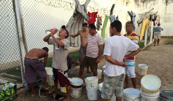 Здесь не слишком чисто и редко бывает вода. Заключенные собирают ее из бачков для стирки одежды, пьют в душе и караулят каждый исправный унитаз тюрьмы.