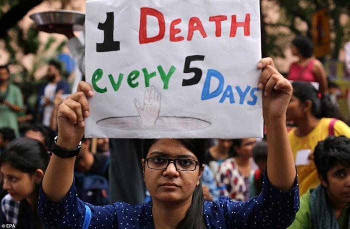 По официальным данным, с начала 2017 года в среднем каждые 5 дней при ручной уборке нечистот в Индии умирал один человек демонстрация, индия, канализация, каста, неприкасаемые, протесты, социальные проблемы, уборщики