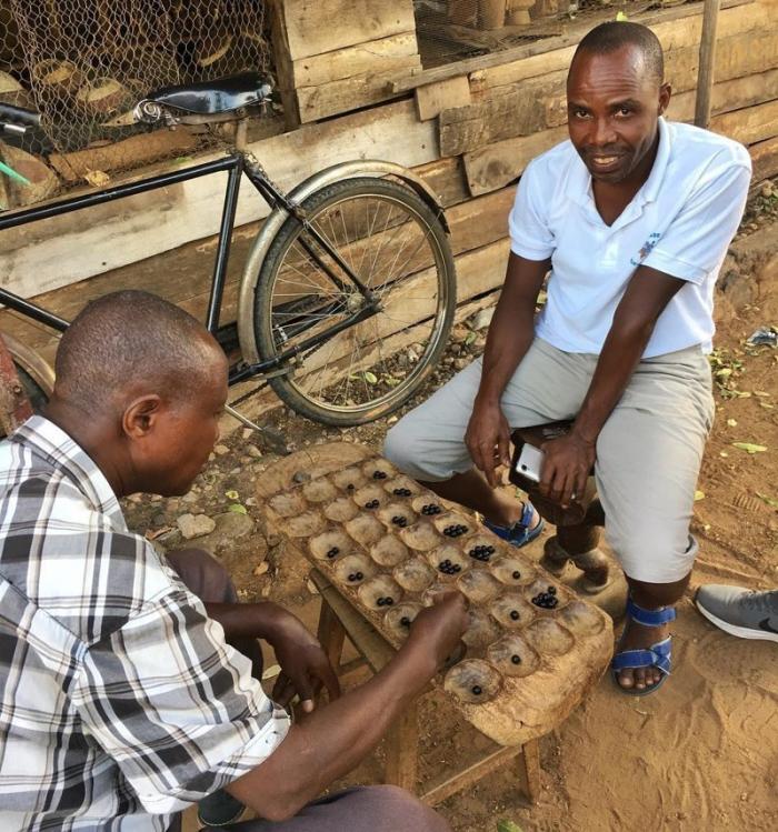 Мужчины играют в Гисоро - традиционную игру в Бурунди Бужумбура, Бурунди, Центральная Африка, африка, бедные страны, города Африки, нищие страны