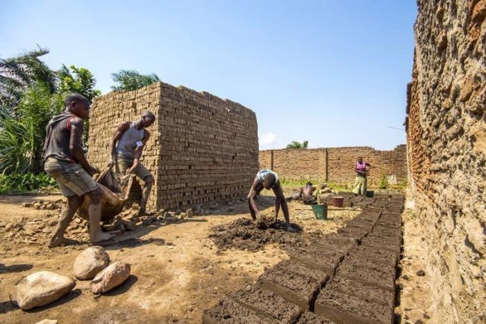 Минизавод под открытым небом по изготовлению кирпичей и блоков Бужумбура, Бурунди, Центральная Африка, африка, бедные страны, города Африки, нищие страны