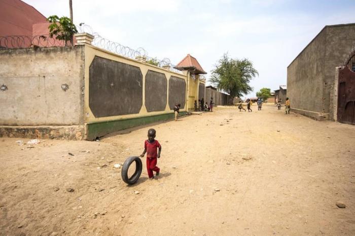 Обратите внимание на высоченные забору и колючку вокруг домов зажиточных граждан страны Бужумбура, Бурунди, Центральная Африка, африка, бедные страны, города Африки, нищие страны