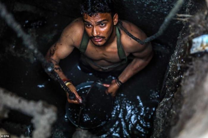 Джони и другие уборщики нечистот рискуют своей жизнью за 7500 - 10000 рупий в месяц. Это примерно 100 - 135 долларов демонстрация, индия, канализация, каста, неприкасаемые, протесты, социальные проблемы, уборщики