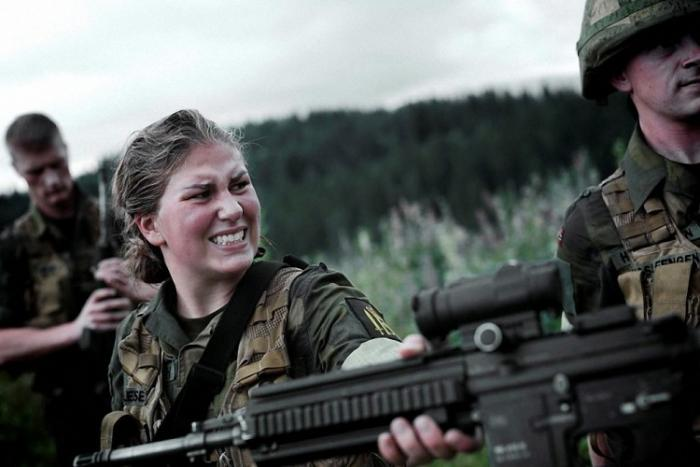 Норвегия Призыв: 12 месяцев Для норвежца послужить родной стране очень престижно. Закон предусматривает 19 месяцев обязательной службы в армии, но на деле камуфляж приходится носить всего годик. Вот только своей очереди призывнику приходится ждать: новобранцев берут только тогда, когда освобождается вакансия рядового в армии.