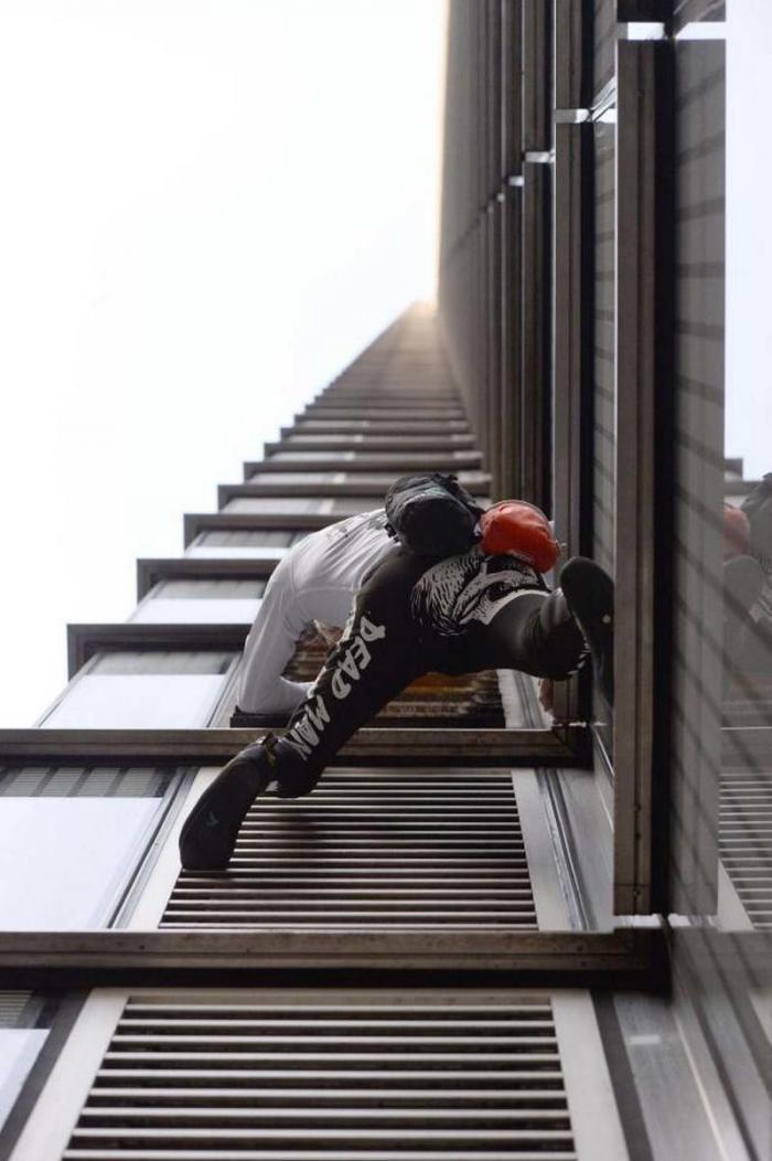 «Человек-паук» Ален Робер вскарабкался без страховки на самое высокое здание в Лондонском Сити ален робер, в мире, видео, высота, здание, люди, человек паук, экстрим
