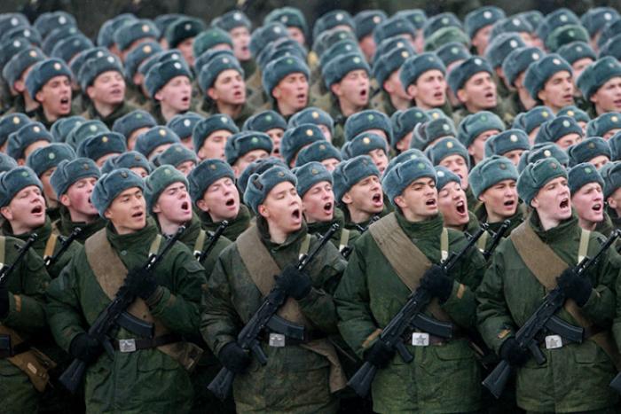 Россия Призыв: 12 месяцев По счастью, наша страна постепенно, но уверенно двигается в сторону современной, профессиональной контрактной армии. С 2008 года служить по призыву нужно всего год, да и альтернативную службу, при желании, выбрать тоже можно.