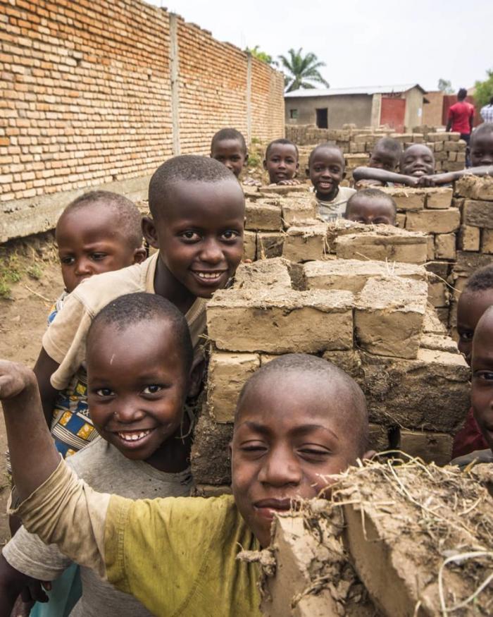 Вовсю используется детский труд Бужумбура, Бурунди, Центральная Африка, африка, бедные страны, города Африки, нищие страны