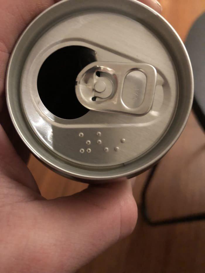 Информация на банках с прохладительными напитками дублируется шрифтом Брайля, так что незрячие тоже знают, что они пьют XXII век, вперед в будущее, интересно, познавательно, прогресс, удивительное рядом, япония, японские реалии