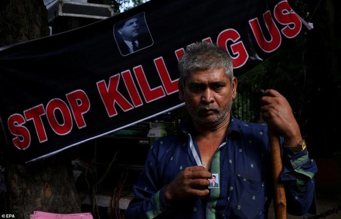 Это Мохаммад Хаюл. Его сын Сарфараз был одним из пятерых рабочих, погибших 9 сентября демонстрация, индия, канализация, каста, неприкасаемые, протесты, социальные проблемы, уборщики