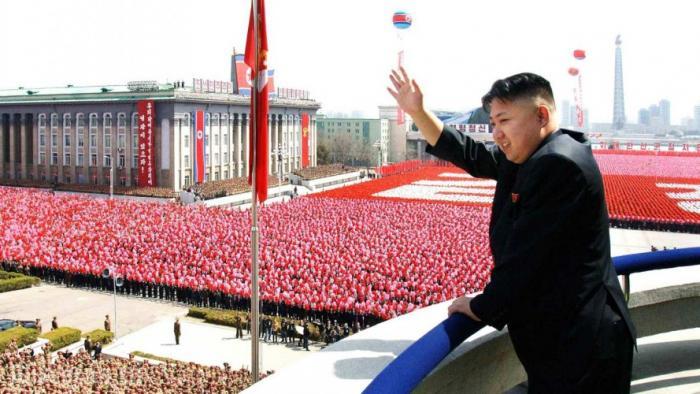 Северная Корея Призыв: 10 лет Армия для абсолютного большинства жителей Северной Кореи заменяет стандартную социализацию. А что делать, если служить приходится не менее десяти лет? И это в лучшем случае. Обычно призывают в 17 и отпускают в резерв уже в 30 лет.