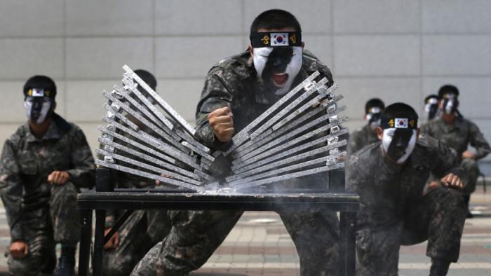 Южная Корея Призыв: 27 месяцев Республика Корея просто не может позволить себе расслабиться в присутствии такого агрессивного и непредсказуемого соседа. Призыв на постоянной основе и служат долго, до трех лет.