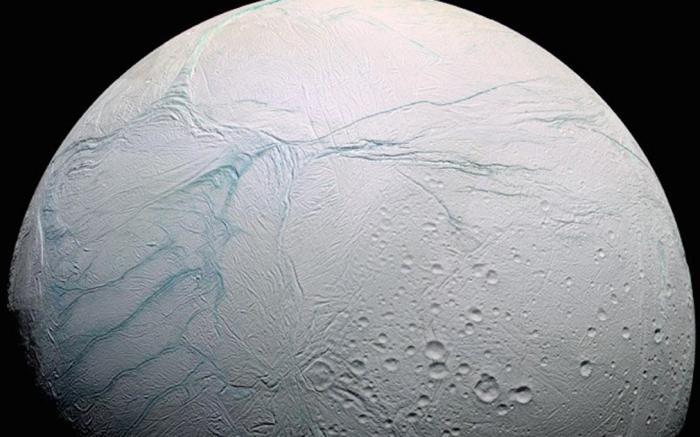 Спутник Сатурна Такими же перспективами обладает Энцелад — чуть ранее в этом месяце ученые подтвердили, что под ледяной оболочкой этого гиганта скрывается океан. Если это действительно так, то Энцелад является идеальным местом для развития жизни.