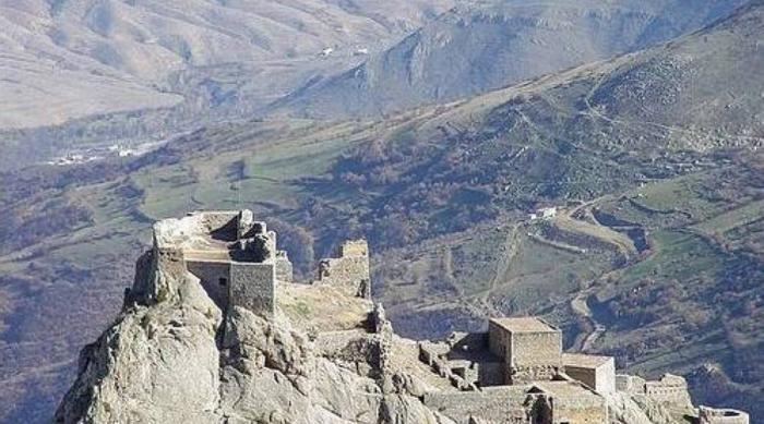 Бану, жена Бабака В 816 году н.э. Бану и ее муж Бабак возглавляли сопротивление власти арабского халифата, захватившего их племенную территорию. Бану была очень опытным лучником и прекрасным, но жестоким командиром. 23 года продержались они в своей горной крепости, стены которой не мог сокрушить враг. Не проиграв ни одной битвы, Бану и Бабак были преданы доверенным человеком и отданы противнику.
