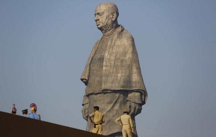 В индийском штате Гуджарат возвели самую высокую в мире статую — её высота составляет 182 метра. А с постаментом — 240! в мире, габариты, индия, новости, размер, статуя