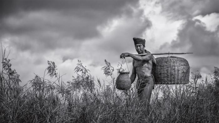 Ловец угрей рядом с озером Инле. В маленькой корзине рыбаки носят ловушку и червей, большая предназначена для улова.