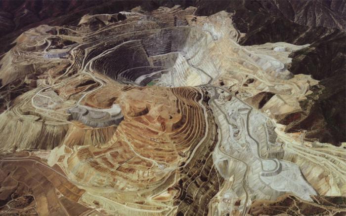 Мпоненг ЮАР Глубина: 3800 метров Здесь, совсем недалеко от Йоханнесбурга, идет круглосуточная добыча золота. Головная компания-владелец шахты, Anglogold Ashanti, обещает в ближайшее время сделать ее еще глубже. А еще, только здесь живет странная бактерия, питающаяся радиоактивной рудой. Чудны, господи, дела твои!