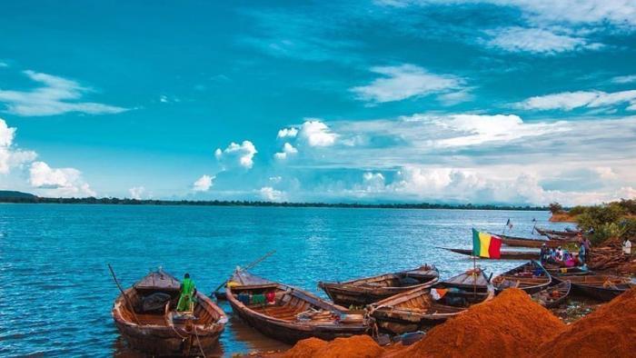 Город расположен на берегу Нигера. Это основная водная артерия, которая связывает Мали с другими странами, ведь непосредственного выхода к океану у страны нет Бамако, Западная Африка, мали, путешествия, столица Мали, столицы Африки, столицы стран мира