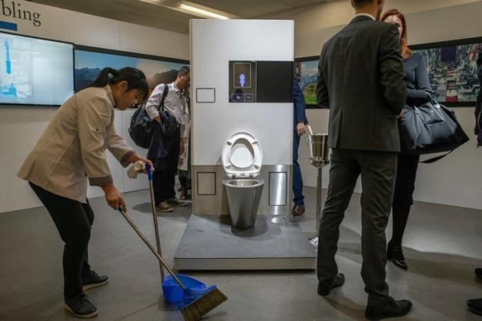 Билл Гейтс вышел на сцену с банкой фекалий и продемонстрировал работу инновационного унитаза Microsoft, Reinvented Toilet Expo, ynews, билл гейтс, оборудование, сантехника, унитаз