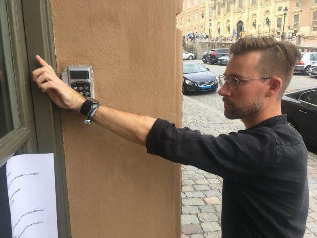 Тысячи шведов вставляют микрочипы под кожу. Зачем? (3 фото)