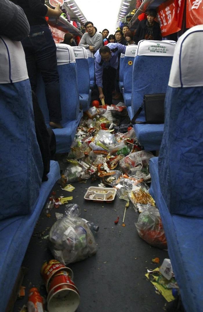 Вряд ли ему поможет веник... интересное, китай, мусор, поезда, путешествия, фото