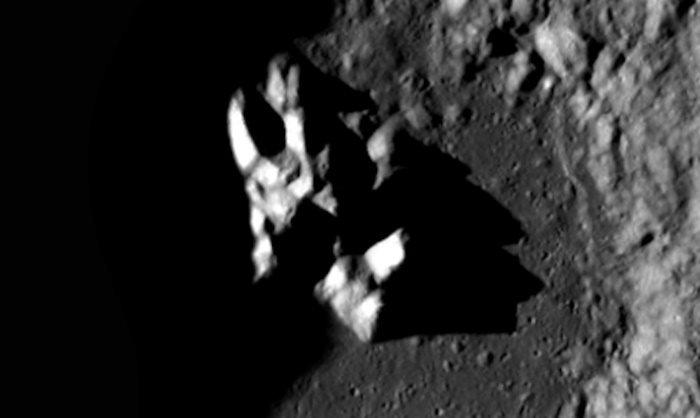 Странный объект в лунном кратере