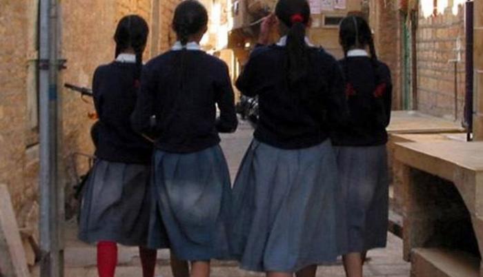 В индийской школе одержимая девушка (2 фото)