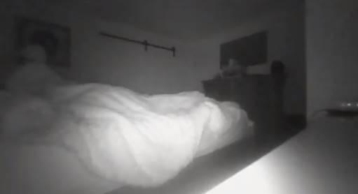 «Оно сидит на моей постели»: Мужчина заснял в своей спальне паранормальное явление (3 фото)