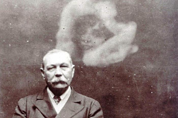 Как писатель Конан Дойль утер нос неверующим в жизнь после смерти (2 фото)