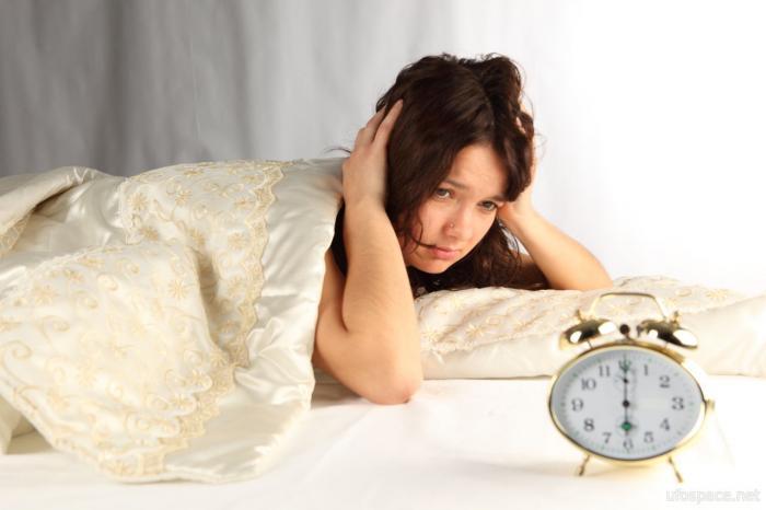 Нечто ночью стащило с кровати девушки одеяло и простыню (2 фото)