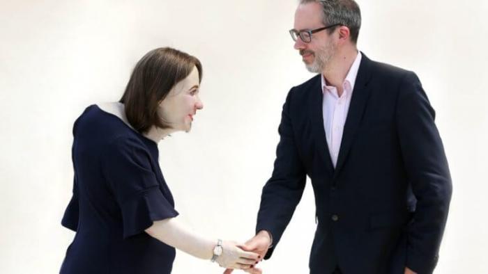Эмма и ее создатель пожимают друг другу руки