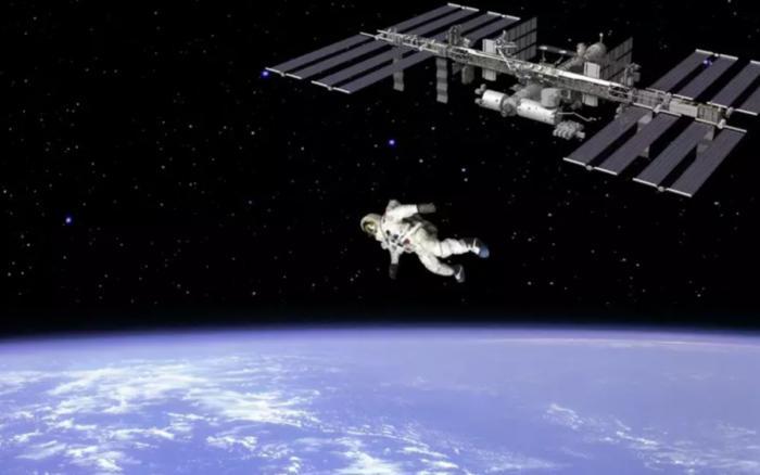 Что будет, если космонавт прыгнет вниз с МКС? (3 фото)