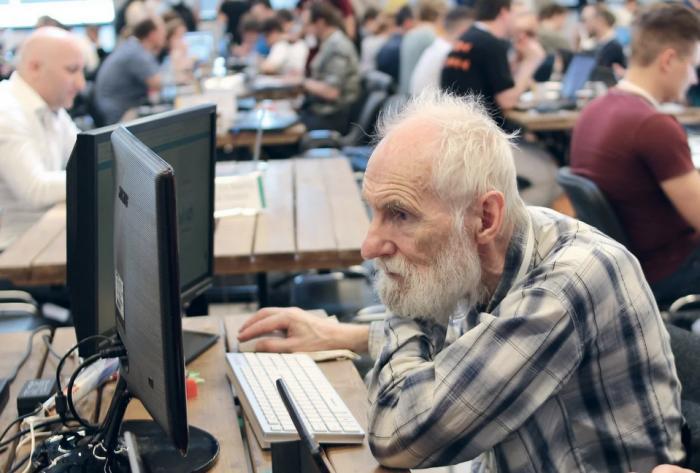 Дедовским способом — как 76-летний пенсионер стал востребованным IT-специалистом (3 фото + видео)