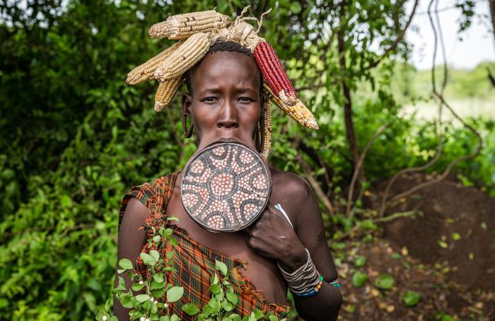 Красота, оберег или дань традиции — зачем женщины-мурси носят во рту тарелки (3 фото + видео)