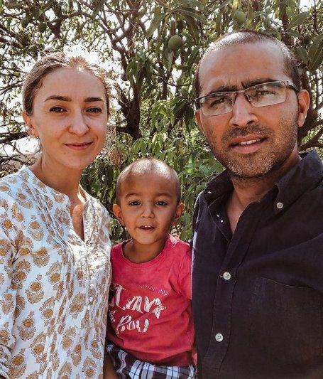 Женщина 10 лет назад полюбила и вышла замуж за бедного парня из Индии. Как живёт россиянка и супруг сегодня (8 фото)