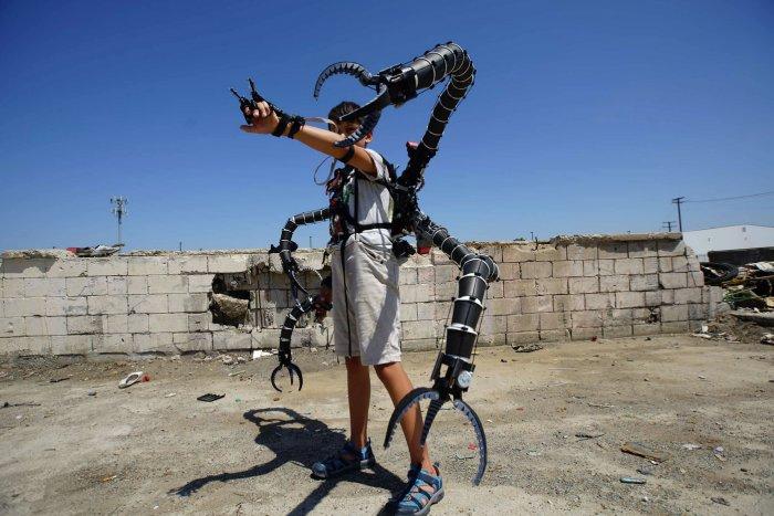 Юный миллионер создал реалистичный экзоскелет врага Человека-паука (3 фото + видео)