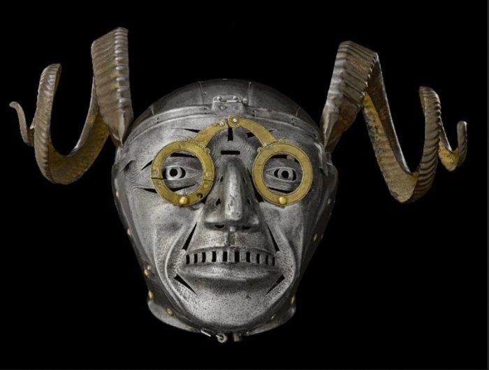 Рыба-ёж на голове и рогатый шлем — самая необычная броня в истории  (3 фото + видео)