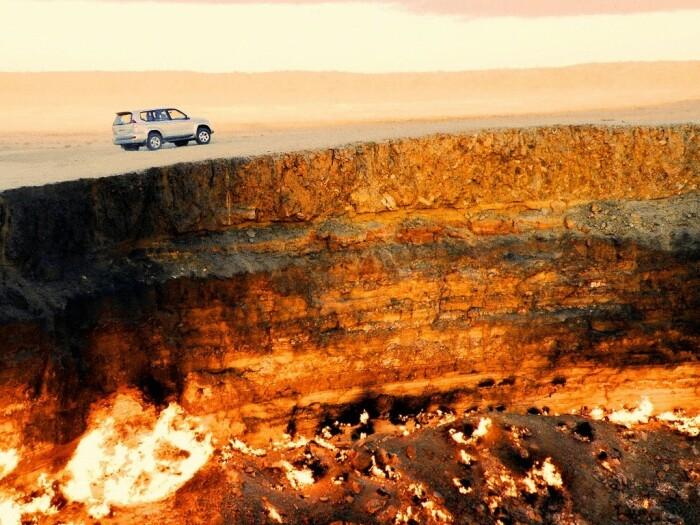 «Врата Ада» на Земле: как появилась яма, которая беспрерывно горит на протяжении 50 лет
