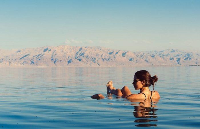 Правда ли в черном море невозможно утонуть, и почему оно жжет кожу